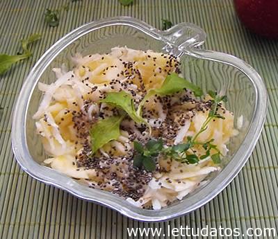 Az alábbi saláta igazi tavaszindító: zeller, alma és tavaszi zöldek (tyúkhúr, madársaláta) keveréke